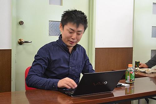 WordCamp大阪2012の登壇者と話そうのコーナーでノートパソコンを使いながらSEOについての疑問についてわかりやすく答える松尾茂起氏の写真