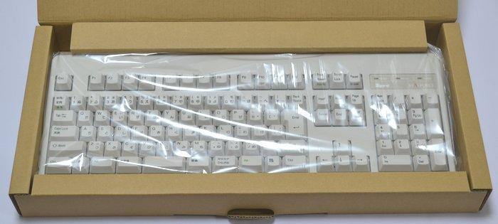 東プレRealforce108USのダンボール製を開封し、中からナイロン袋に包まれたキーボードが出現